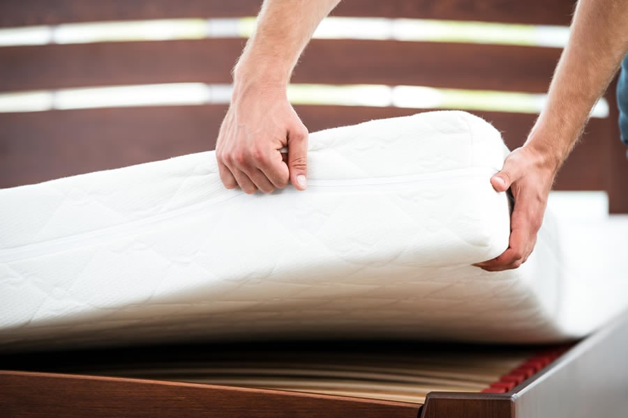 Memory Foam Mattress - Pros and Cons (Photo: Adobe Stock)
